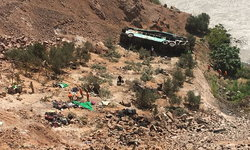 รถบัสสองชั้นเสียหลักดิ่งเหวลึกที่เปรู ดับอย่างน้อย 35 ศพ