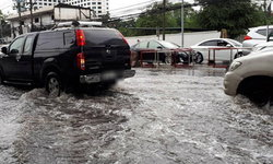 น้ำยังไม่ลด แนะเลี่ยง ถ.งามวงศ์วาน น้ำท่วมสูง รถติดสะสม