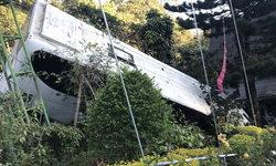 รถทัวร์หลุดโค้งหน้าวัดพระธาตุดอยสุเทพ นักท่องเที่ยวเจ็บเพียบ
