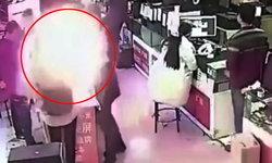 หนุ่มกัดแบตฯ มือถือ พิสูจน์ของจริงหรือปลอม เกิดระเบิดกลางร้าน