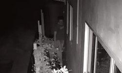 สาวสุดช็อก เสียงขวดล้มกลางดึก เปิดกล้องเจอโจรถอดกางเกงมุดเข้าบ้าน