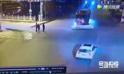 รถเฉี่ยวกันกลางถนน เก๋งหมุนคว้าง กวาด 3 คนกำลังข้ามถนน ร่างกระเด็น