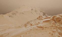 """พายุทะเลทรายถล่มยุโรป เกิด """"หิมะสีส้ม"""" คล้ายอยู่ดาวอังคาร"""