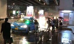 แท็กซี่ปฏิเสธผู้โดยสาร 5 คนรวด แวะจอดถามทุกคนแต่ไม่รับ วันฝนตก