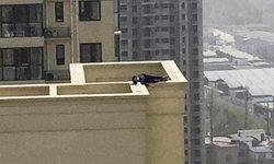 หวาดเสียว! หนุ่มคิดฆ่าตัวตาย แต่เมาหลับตรงดาดฟ้าเสียก่อน