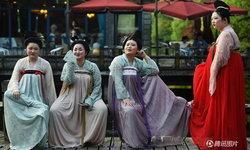 ผู้คนเหลียวมอง กลุ่มสาวร่างจ้ำม่ำปรากฏตัวในชุดราชวงศ์ถัง