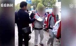 เฒ่าลามก ลุงจีนวัย 61 แกล้งแจกใบปลิวหลอกจับหน้าอกเด็กนักเรียน