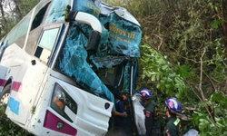 รถทัวร์สายเหนือบริษัทดัง เสียหลักชนต้นไม้ สาวบัสโฮสเตสดับคาที่