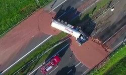 หวานเลี่ยนทั้งทางหลวง รถบรรทุกช็อกโกแลต 24 ตันพลิกคว่ำ