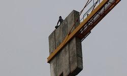 หนุ่มเมากาว อ้างบรรยากาศลมพัดเย็นสบาย ปีนขึ้นไปนั่งบนเสาเครนก่อสร้าง