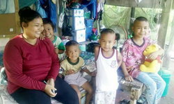 แม่ลูก 4 อยู่แร้นแค้นซ้ำสามีติดคุก ขอบริจาคชุดนักเรียนให้ลูกๆ ได้ไปโรงเรียน