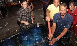 น้ำไม่ไหล 24 ชม. ชาวเมืองขอนแก่นเดือดร้อน เทศบาลนคร ขก. เร่งแจกน้ำช่วยเหลือเบื้องต้น
