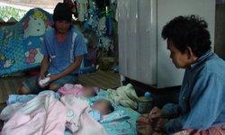 โธ่ลูก เด็กแฝดอายุ 3 เดือนเป็นกำพร้า แม่รถล้มตาย พ่อติดคุก