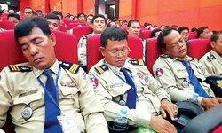 """กัมพูชา """"พักงาน"""" ตำรวจงีบหลับกลางห้องประชุม"""