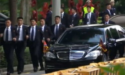 """ยังตามมา! """"คิม จองอึน"""" หวั่นโดนลอบฆ่า พกบอดี้การ์ดวิ่งตามรถมาสิงคโปร์ด้วย"""