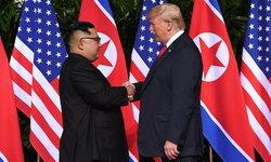 """ภาพประวัติศาสตร์โลก """"ทรัมป์-คิม"""" สัมผัสมือกันครั้งแรก"""