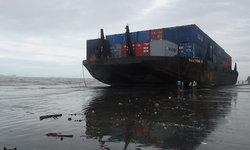 คลื่นยักษ์ 6 เมตร ซัดเรือตู้คอนเทนเนอร์มหึมา ขึ้นเกยหาดสตูล