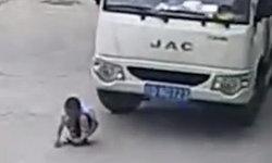 เด็กจีนโกงความตาย! โดนรถบรรทุกทับเต็มล้อหลัง แต่รอดราวปาฏิหาริย์