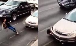 สาวเม็กซิโกใส่ส้นสูงวิ่งข้ามถนน เกิดลื่นล้มถูกรถเหยียบ กระดูกหัก