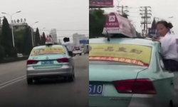 อะไรดลใจ? นักเรียนหญิงเสี่ยงตายนั่งทำการบ้านนอกรถแท็กซี่