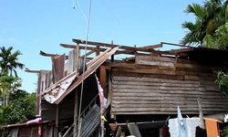วาตภัยคลั่ง พัดหลังคาบ้านปลิวว่อน แม่เฒ่าผวากอดเสาบ้าน โชดดีไร้เจ็บ