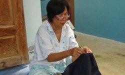 คนเหนือดวง! กระสุนพุ่งใส่ยายวัย 70 เฉียดร่างรอดตายเพราะก้มสอยผ้า