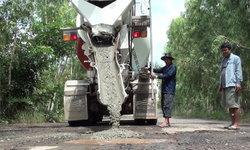 สุดทน! ชาวบ้านลงขันซ่อมแซมถนนใช้เอง หลังทนมา 10  ปี ไร้วี่แววผู้รับผิดชอบแก้ไข