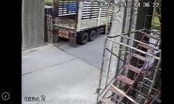 บาปติดตัว! รถพ่วงถอยหลังกลับรถพลาดเสยกำแพงวัดพังเละ หลวงพ่อวอนรับผิดชอบด่วน