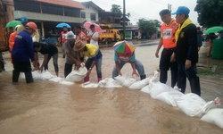 เซกาน้ำท่วมสูงระบายไม่ทัน จนท.ปิดถนนเร่งระบายน้ำ วอน ปชช.ใช้ทางเลี่ยง