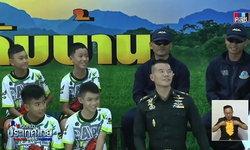 """สรุป แถลงข่าวส่ง """"ทีมหมูป่า"""" กลับบ้าน ยันร่างกาย-ใจพร้อม ยึดความฝันนักบอลอาชีพ"""