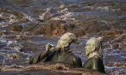 จมหายไปในสายน้ำ...รูปปั้นสองนักกวีราชวงศ์ซ่งถูกน้ำท่วมมิดหัว
