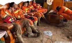 นั่งหลับทั้งชุดเปื้อนโคลน ชาวเน็ตจีนชื่นชม กู้ภัยช่วย ปชช.ถูกน้ำท่วมจนอ่อนเพลีย