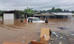 อ่วมหนัก! สะพานมิตรภาพไทย-พม่าน้ำล้นตลิ่ง ท่วมเพิงพักคนงานมิดหลังคา