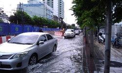 เคราะห์ซ้ำถนนลาดพร้าว ท่อประปาแตกน้ำทะลัก ทำจราจรหนึบ