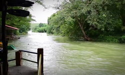 รีสอร์ท-ที่พักริมแม่น้ำเพชรบุรี ทยอยปิดหนีสถานการณ์น้ำชั่วคราว