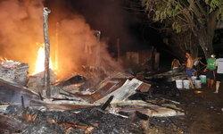 """ไฟไหม้โรงงาน """"กล่องรังผึ้ง"""" วอด คาดไฟฟ้าลัดวงจร มูลค่าความเสียหายสามแสนบาท"""