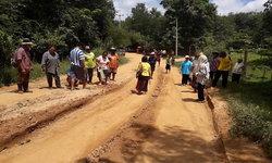 """ชาวบ้านสุดทน """"ถนนพัง"""" มานานกว่า 5 ปี เดือดร้อนหลายหมู่บ้าน ไร้หน่วยงานดูแล"""