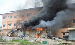 แคมป์คนงานก่อสร้างไฟไหม้วอด 10 ห้อง คนงานสุดเสียดายเงินที่เก็บไว้ไหม้หมด