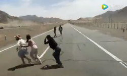 นักท่องเที่ยวนั่งถ่ายรูปกลางไฮเวย์หวิดถูกรถชน คนขับเดือด ถือแท่งเหล็กไล่ตี