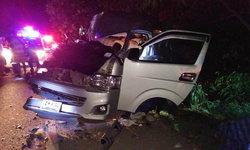 """รถตู้ """"นักแสวงบุญ"""" โหม่งท้ายรถพ่วง 18 ล้อ บาดเจ็บ 13 ราย"""