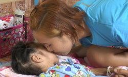 """รักเดียวคือแม่-เลี้ยงลูกน้อยพิการจมน้ำขาดออกซิเจน 8 นาที แต่ไม่คิดทอดทิ้งเพราะ """"ลูกคือลูก"""""""