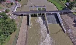 """""""เขื่อนเพชร"""" เอาอยู่ น้ำยังไม่หลากเข้าท่วมเมืองเพชรบุรีในวันนี้"""
