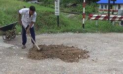 ลุงซ่อมได้-ชายวัย 68 ปีใช้เวลาว่าง ซ่อมถนนเป็นหลุมบ่อในหมู่บ้านด้วยจิตอาสา