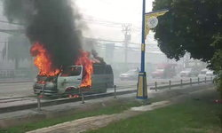 อยู่ๆก็ไฟลุก! ไฟไหม้รถตู้วอดทั้งคันกลางถนนย่านเมืองนนท์ฯ