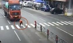 หญิงจีนช่วยสุนัขเป็นลมกลางถนน สุดท้ายถูกรถบรรทุกชนกระเด็น (มีคลิป)