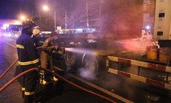 """""""รถเทรลเลอร์"""" เบรกติดไฟลุกไหม้ทั้งคัน โชคดีดับเพลิงมาทัน ไร้คนเจ็บ"""