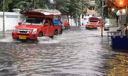 """ถกขากางเกง! ฝนถล่ม """"เมืองเชียงใหม่"""" น้ำท่วมหลายจุด"""