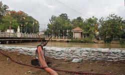 คืนนี้! ชาวเพชรบุรีเตรียมรับมือน้ำทะเลหนุนสูง เร่งระบายน้ำพร้อมเสริมคันกระสอบทราย