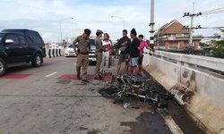 """เหลือแต่ซาก! ไฟไหม้จยย. กลางสะพานบน """"ถนนมิตรภาพ"""" จนท. เร่งดับไฟท่ามกลางจราจรติดขัด"""