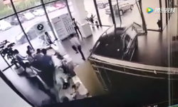 หนีกันกระเจิง หญิงจีนลองขับรถ เกิดเหยียบเบรกพลาด ทำรถพุ่งชนโชว์รูมพังยับ